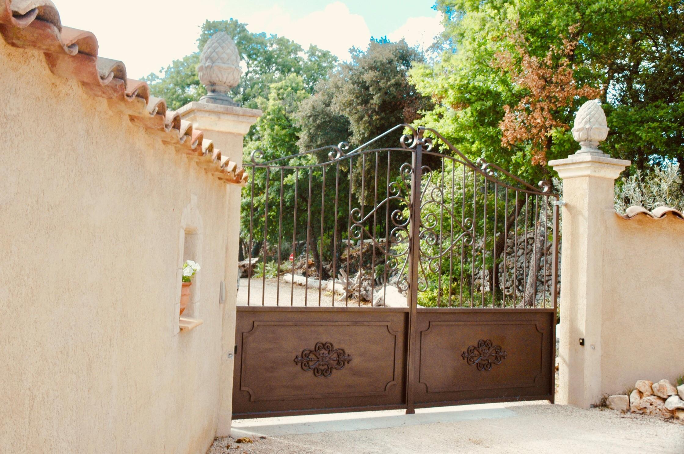 Portail électrique d'entrée du Clos de la Sarriette
